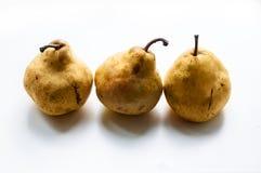 Tres peras en el fondo blanco Peras frescas Foto de archivo