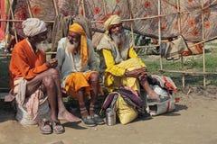 Tres peregrinos del sadhu en el festival religioso de Maha Kumbh Mela Hindu foto de archivo