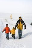 Tres personas en el camino de la nieve Fotos de archivo libres de regalías