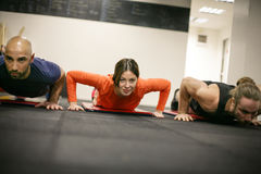 Tres personas en el gimnasio Fotografía de archivo libre de regalías