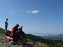 Tres personas en montañas Imágenes de archivo libres de regalías