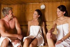 Tres personas en sauna Fotografía de archivo