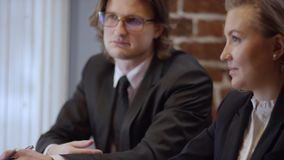 Tres personas están trabajando juntas y están discutiendo un contrato en un café Las mujeres y el hombre en un restaurante o un c almacen de metraje de vídeo