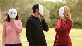 Tres personas jovenes con la máscara almacen de metraje de vídeo