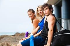 Tres personas jovenes en la playa Imagen de archivo libre de regalías