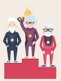 Tres personas mayores en un podio de los ganadores Imagen de archivo