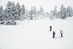 Tres personas que esquían en la montaña imágenes de archivo libres de regalías