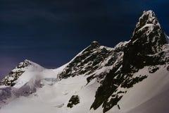 Tres picos nevados de las montañas suizas Imagen de archivo libre de regalías