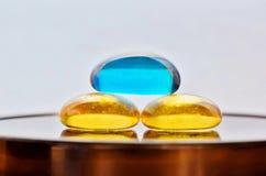 Tres piedras de cristal coloreadas con un concepto del zen fotografía de archivo