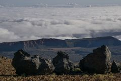Tres piedras de la lava delante de un horizonte fotos de archivo libres de regalías