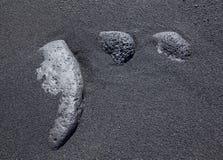 Tres piedras en la arena negra Fotografía de archivo libre de regalías