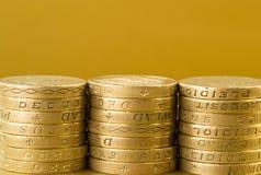 Tres pilas de monedas de libra británica Imagenes de archivo