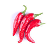 Tres pimientas de chile en un fondo blanco ISO de tres pimientas rojas Fotos de archivo libres de regalías