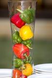 Tres pimientas rojas, amarillas, verdes dulces frescas en tarro Imagen de archivo