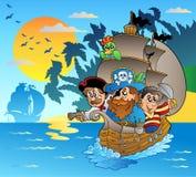 Tres piratas en barco cerca de la isla Imagen de archivo libre de regalías