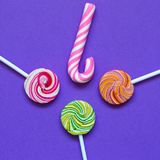 Tres piruletas y palillos rosados del espiral del caramelo foto de archivo libre de regalías
