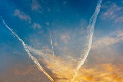 Tres pistas blancas de los aviones en el cielo Imagen de archivo