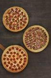 Tres pizzas en la tabla de madera, visión superior Imágenes de archivo libres de regalías