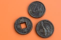 Tres productos del chocolate bajo la forma de euro, E.E.U.U. y Japón acuñan Imágenes de archivo libres de regalías