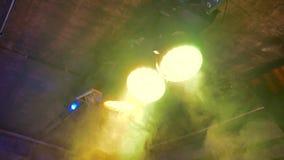 Tres proyectores atados al techo giran en diversos movimientos de la cámara de las direcciones almacen de video
