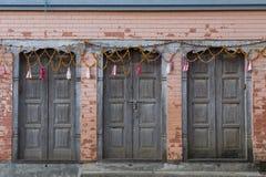 Tres puertas de madera azul-grises viejas hermosas adornadas con las guirnaldas fotos de archivo libres de regalías