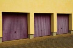 Tres puertas del garage imágenes de archivo libres de regalías