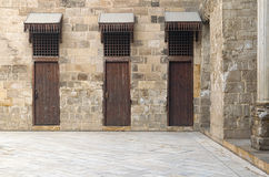 Tres puertas en una pared de piedra en el patio principal en un histórico Fotografía de archivo