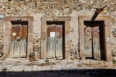Tres puertas viejas en un edificio antiguo fotografía de archivo