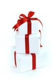 Tres rectángulos de regalo blancos con la cinta roja Imágenes de archivo libres de regalías