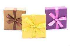 Tres rectángulos de regalo con la cinta foto de archivo