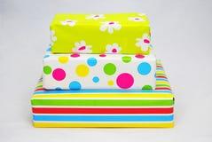 Tres regalos con el papel coloreado Fotos de archivo libres de regalías