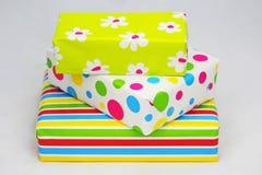 Tres regalos con el papel coloreado Foto de archivo