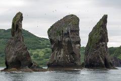 Tres rocas de los hermanos en la bahía Kamchatka de Avacha Imagen de archivo