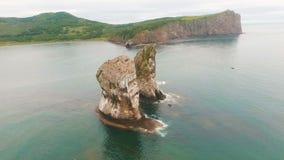 Tres rocas en el océano Roca en el mar Pájaros en la costa de la isla en el mar Naturaleza salvaje almacen de video