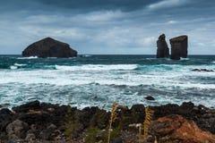 Tres rocas volcánicas en el praia Mosteiros de la playa de Mosteiros en malo foto de archivo libre de regalías
