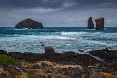 Tres rocas volcánicas en el praia Mosteiros de la playa de Mosteiros en malo imágenes de archivo libres de regalías