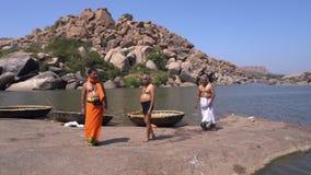 Tres sacerdotes por el río almacen de video