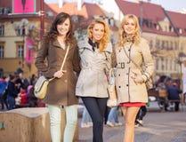 Tres señoras elegantes en el centro de la ciudad Fotografía de archivo