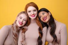 Tres señoras felices con los labios brillantes del maquillaje Foto de archivo libre de regalías