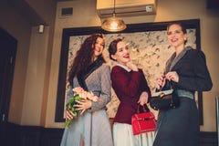 Tres señoras jovenes elegantes listas para un partido Imagen de archivo