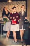 Tres señoras jovenes elegantes listas para un partido Imagenes de archivo