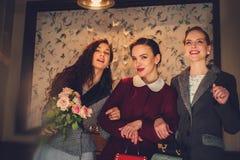 Tres señoras jovenes elegantes listas para un partido Fotos de archivo