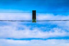 Tres semáforos verdes cuelgan sobre el camino contra el cielo azul Permita la señal imágenes de archivo libres de regalías