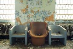 Tres sillas en el edificio abandonado Imágenes de archivo libres de regalías