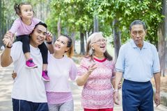 Tres soportes felices de la familia de la generaci?n en el aire libre foto de archivo libre de regalías