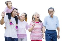 Tres soportes felices de la familia de la generaci?n en estudio foto de archivo