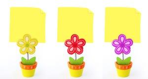 Tres sostenedores de nota de la flor con las notas amarillas vacías Imagenes de archivo