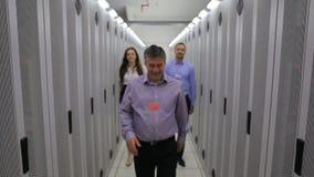 Tres técnicos que caminan en vestíbulo metrajes