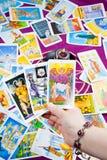 Tres tarjetas de tarot se sostuvieron a disposición. Fotografía de archivo