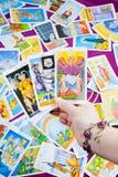 Tres tarjetas de tarot sostenidas disponibles. Imagen de archivo libre de regalías